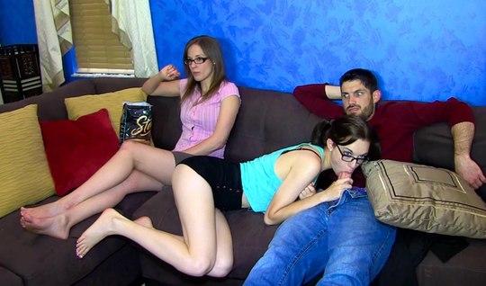 Сосет член своему парню пока рядом подруга смотрит телевизор