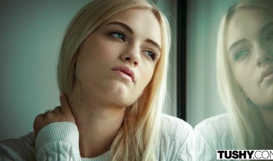 Худенькая блонда еле налезла попой на большой член