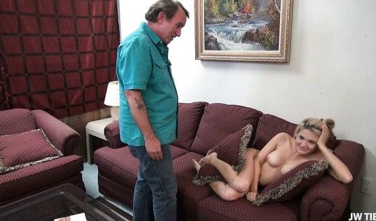 Проснулась голой в квартире после вечеринки и трахнулась с мужиком