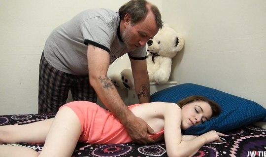 Старый мужик начал приставать к молодой спящей девушке