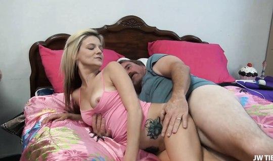Молодая жена блондинка удовлетворяет зрелого супруга
